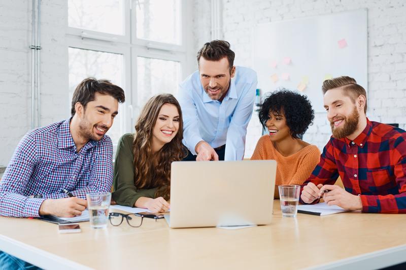 Kunden bei der Besprechung und Optimierungsvorschläge einer Firmenhomepage. Als Webdesigner Dortmund richte ich für Dortmunder Unternehmen Firmenwebseiten ein