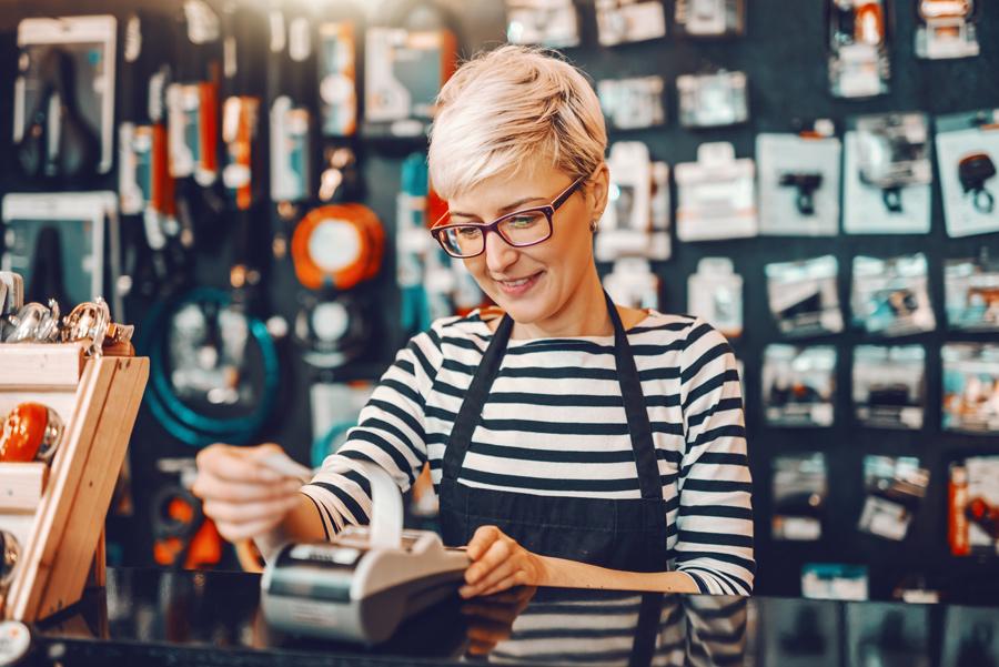Eine Ladeninhaberin hat Kunden durch Suchmaschinenoptimierung und das Internet und ihrem Webshop. Sie verkauft im Internet ihre Waren online !